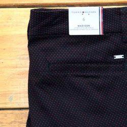 Detalle-pantalon-tommy-puntos-rojos-mujer.jpg